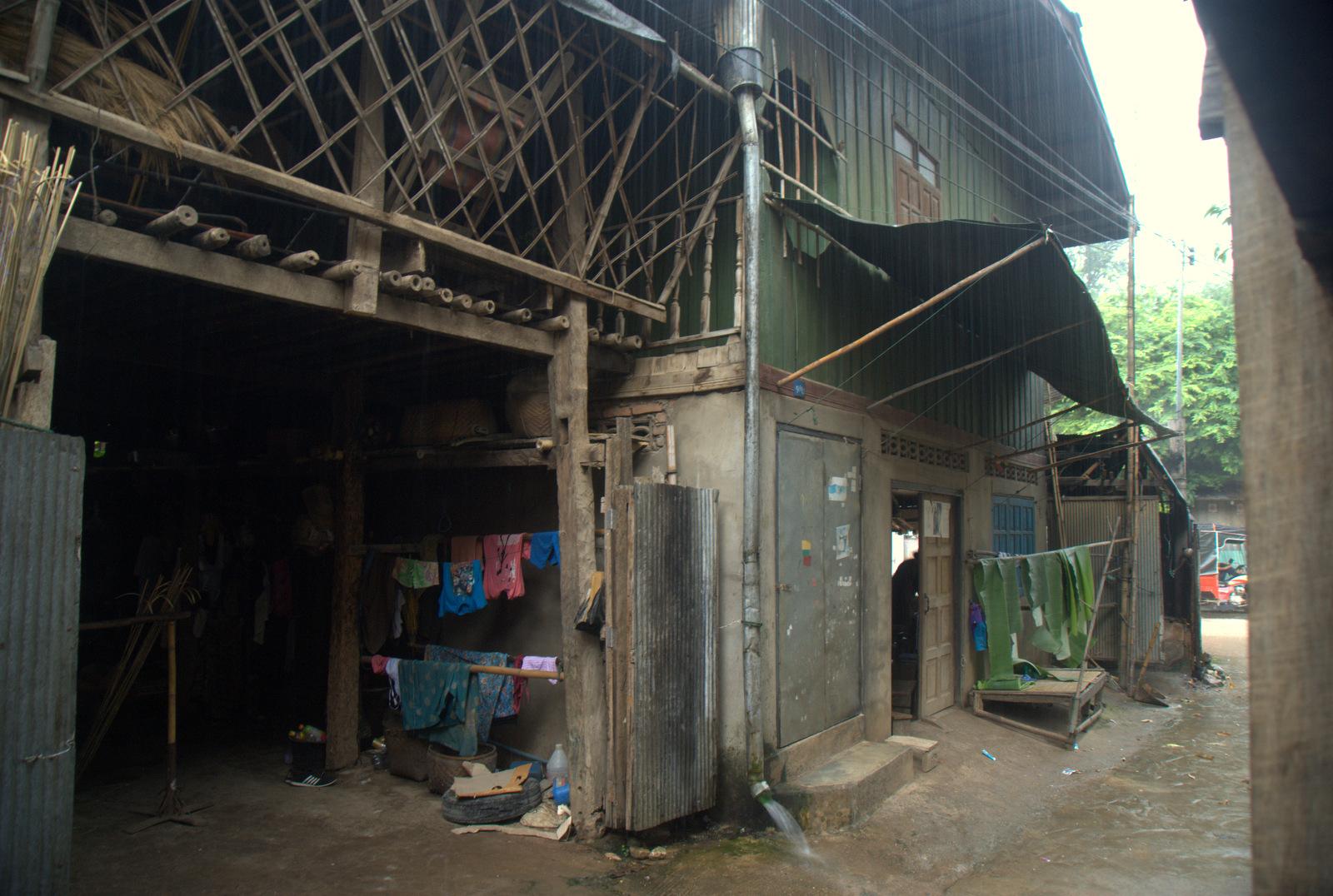 Zaliczyć Birmę, spróbować kasztanów i uciec przed powodzią 123