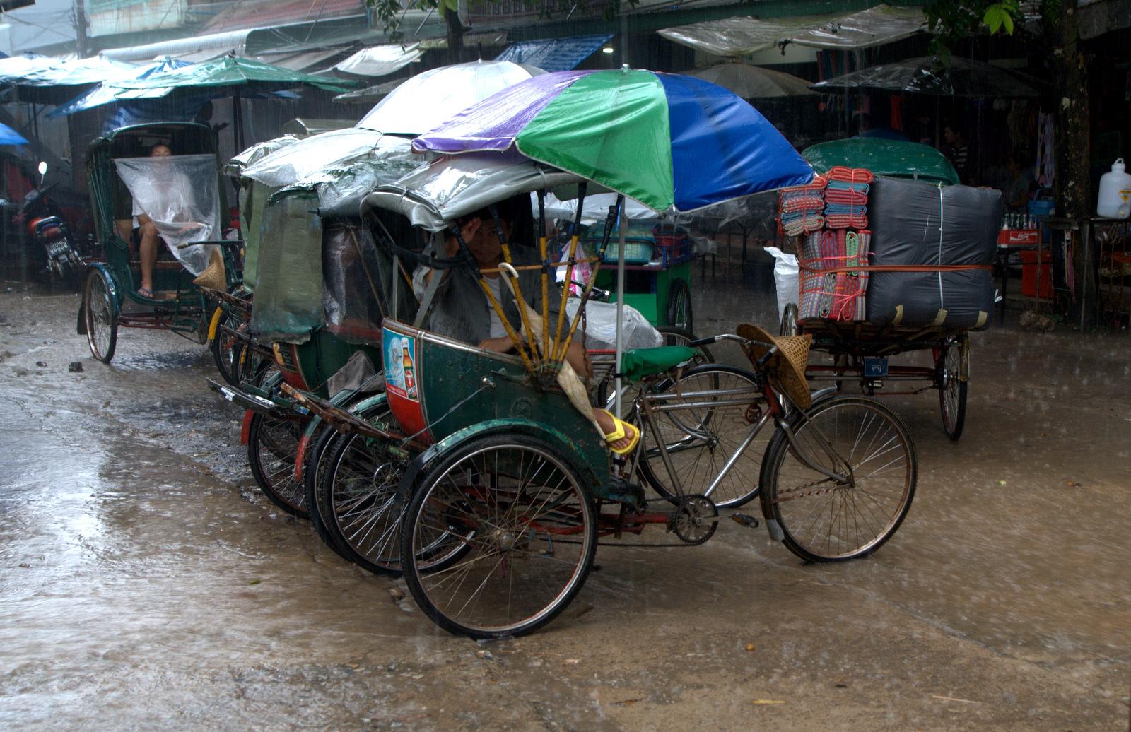 Zaliczyć Birmę, spróbować kasztanów i uciec przed powodzią 127