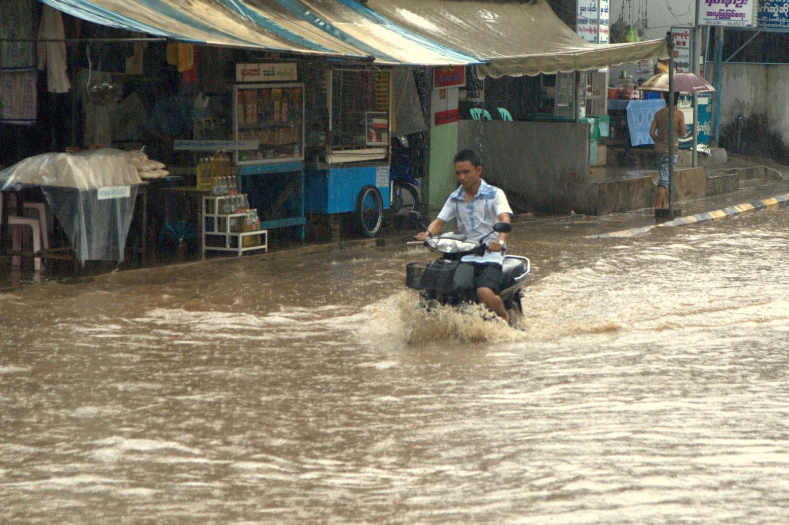 Zaliczyć Birmę, spróbować kasztanów i uciec przed powodzią 129
