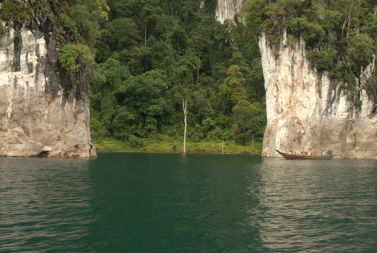 Jeziorem Cheow Lan, dżunglą, na plażę Railey 94