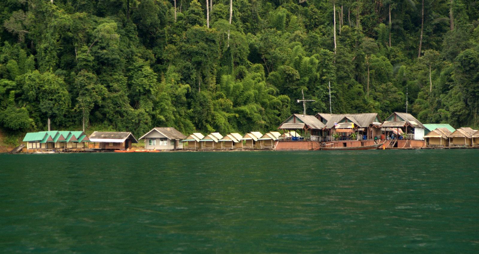 Jeziorem Cheow Lan, dżunglą, na plażę Railey 95