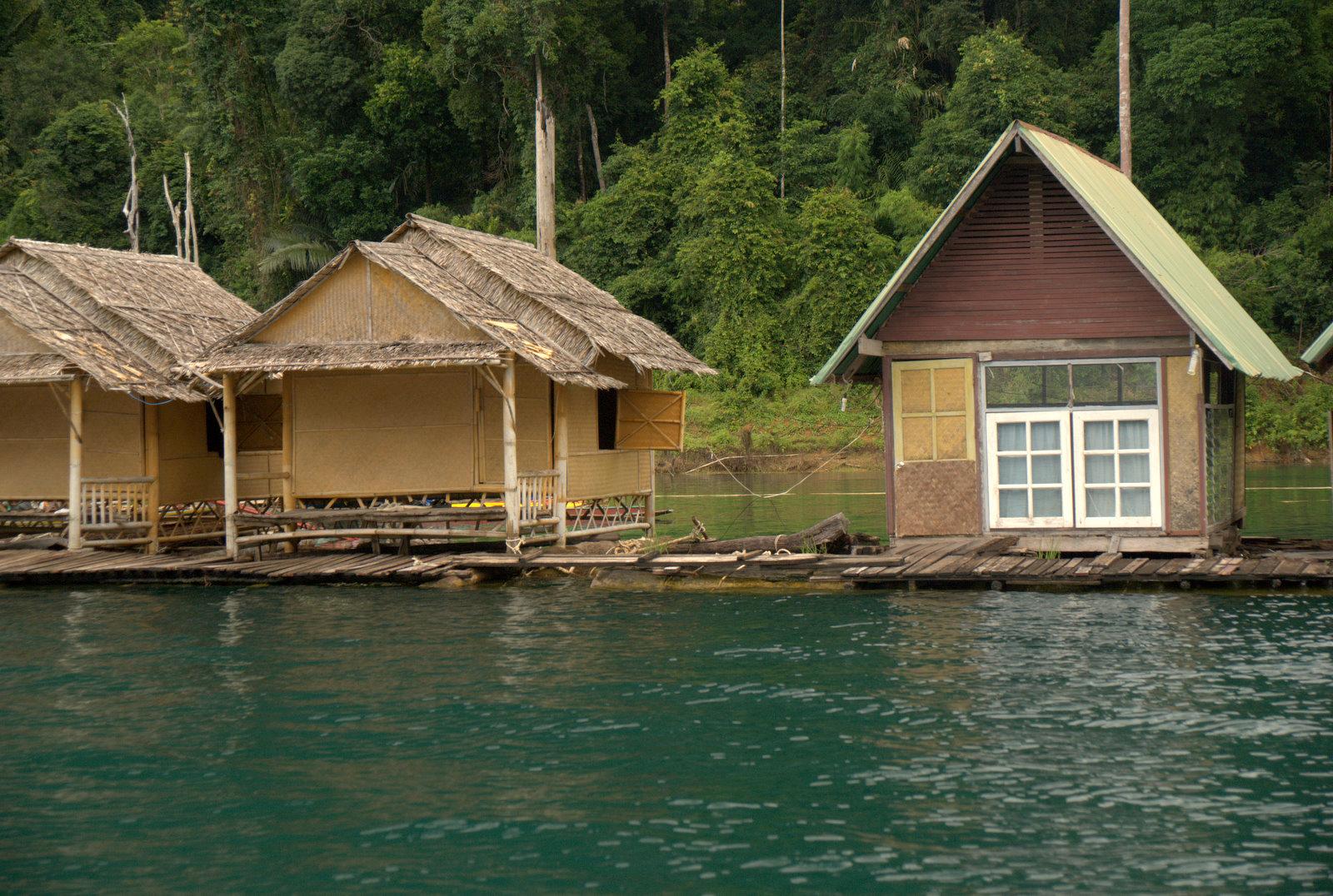 Jeziorem Cheow Lan, dżunglą, na plażę Railey 96