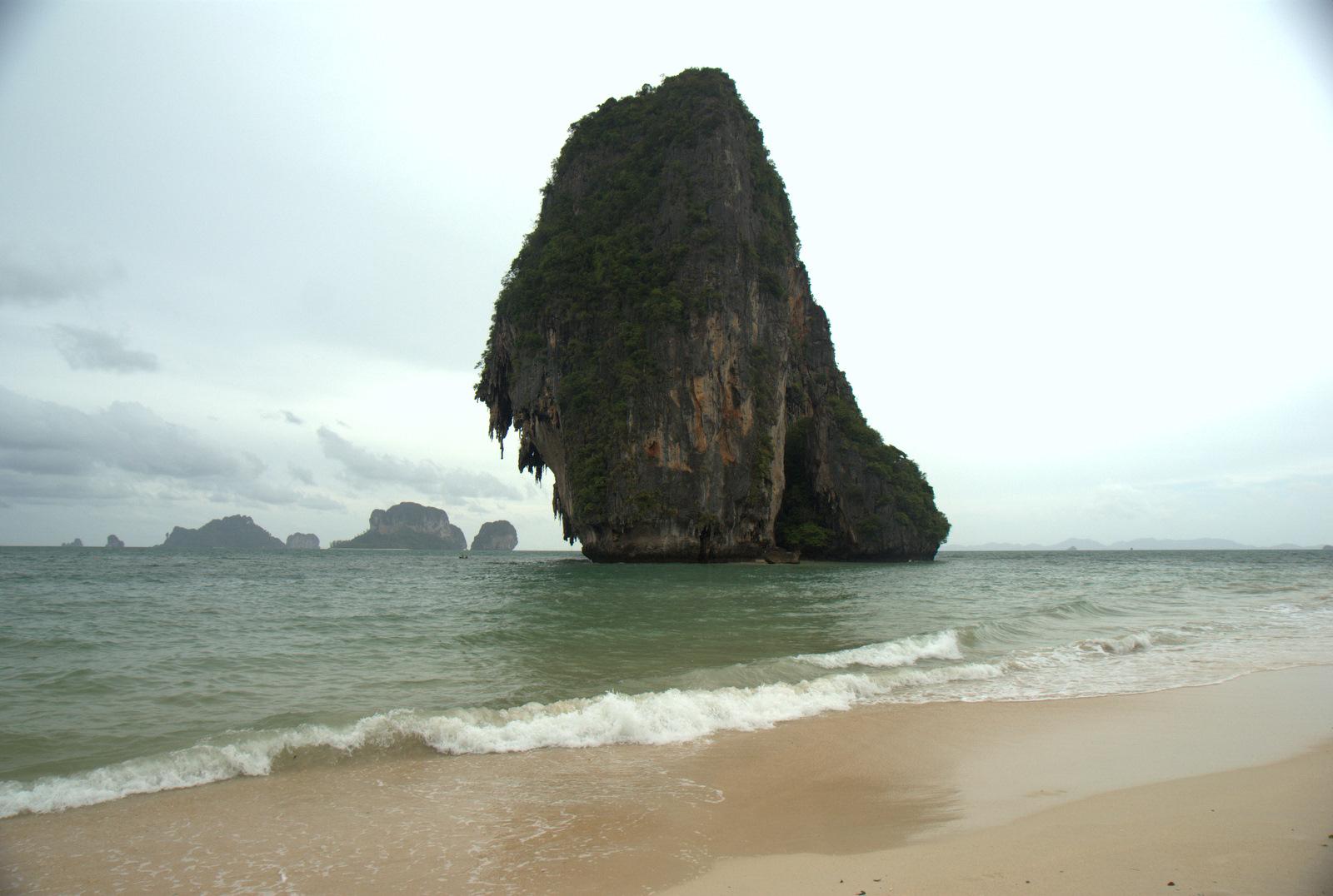 Jeziorem Cheow Lan, dżunglą, na plażę Railey 100