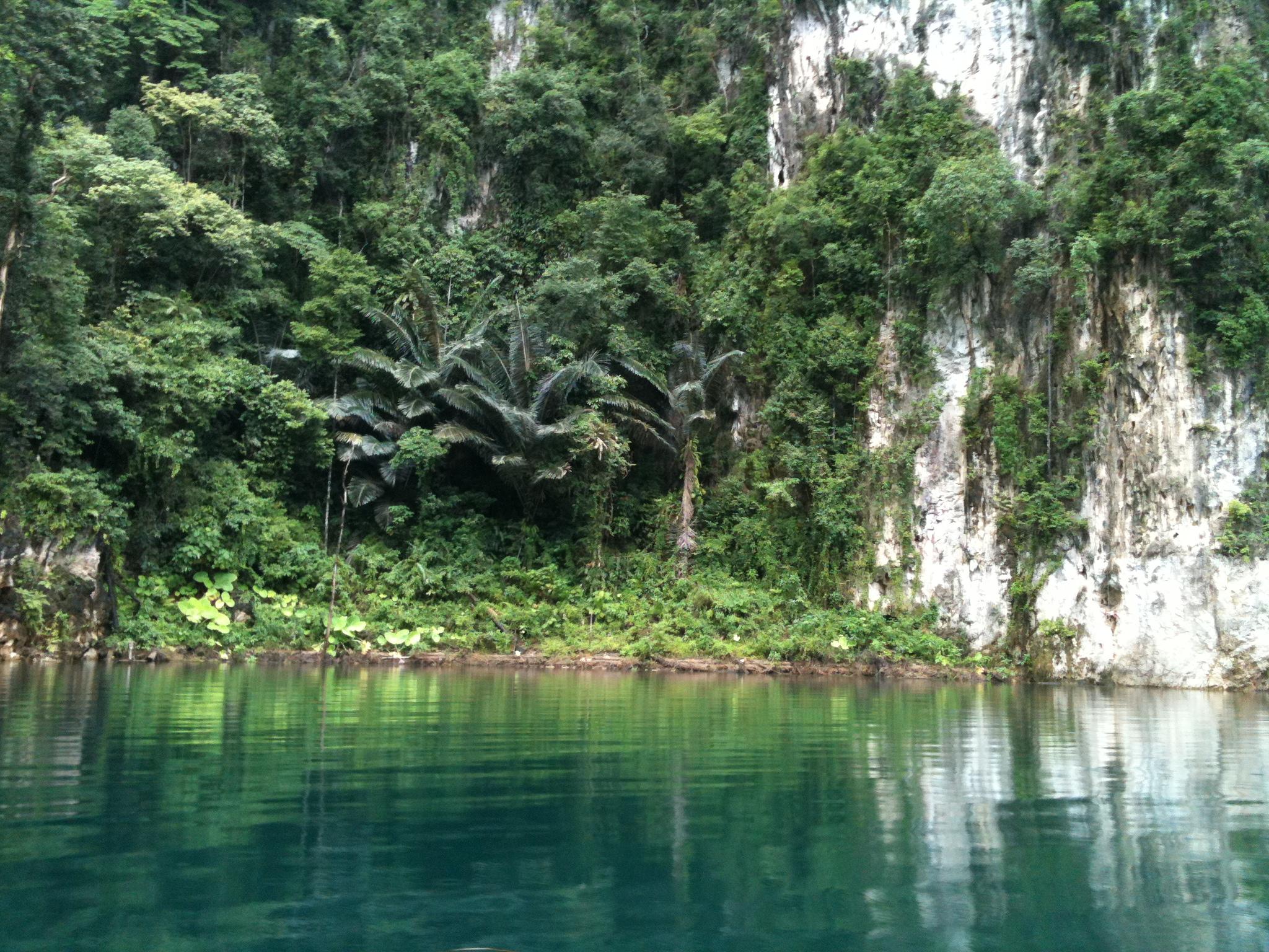 Jeziorem Cheow Lan, dżunglą, na plażę Railey 88