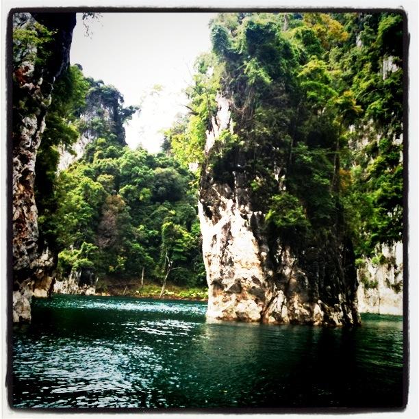 Jeziorem Cheow Lan, dżunglą, na plażę Railey 87